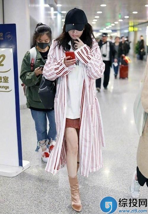 邓超元_邓超恶搞晒出和杨幂同款的长条纹外衣美照